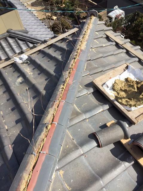 川西町の瓦屋根の隅棟にのし瓦を設置