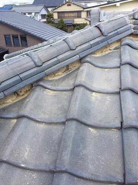 川西町の瓦屋根の漆喰が剥がれた隅棟