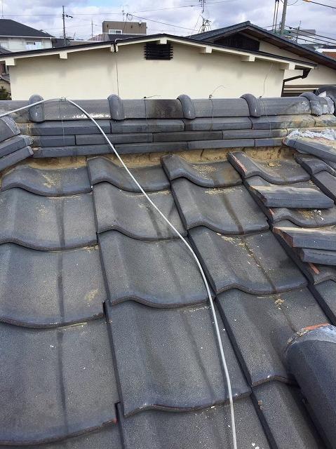 川西町の瓦屋根の漆喰が剥がれた棟瓦