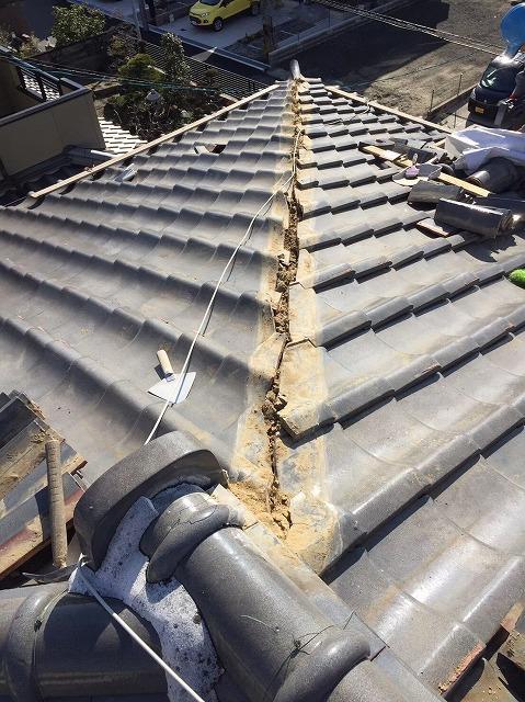 川西町の瓦屋根の隅棟の棟瓦撤去