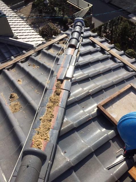 川西町の瓦屋根の崩れた隅棟の棟瓦