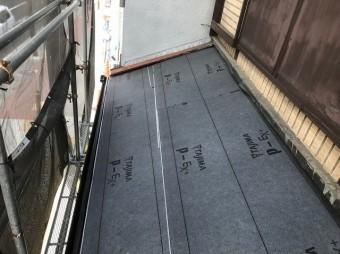 奈良市の屋根葺き替え工事で下屋の新しい防水紙