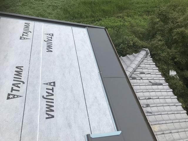防水紙と屋根材と瓦