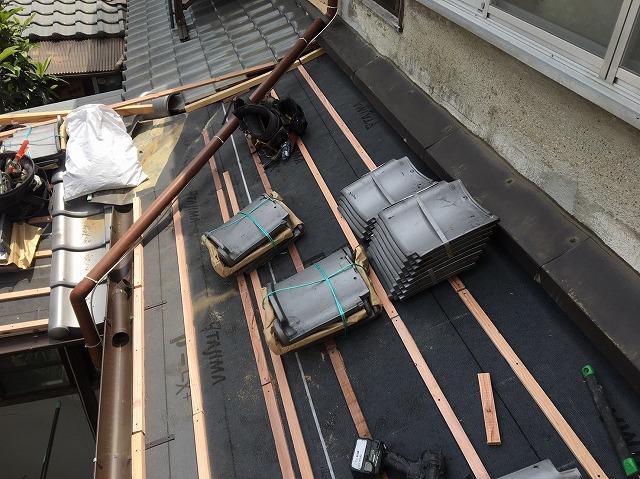 葺き替え工事中の下屋根、瓦桟設置後