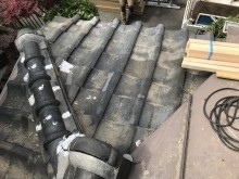 下屋根の粘土瓦屋根の隅棟の漆喰劣化