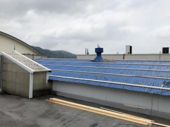 王寺町の大波スレート屋根の上から横桟固定