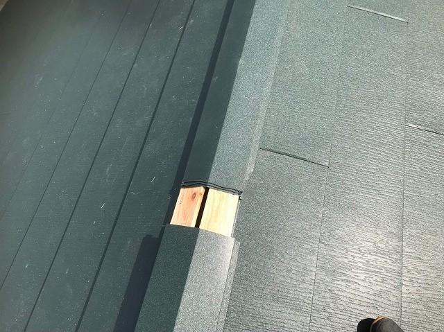 生駒市で貫板の上から棟板金設置作業