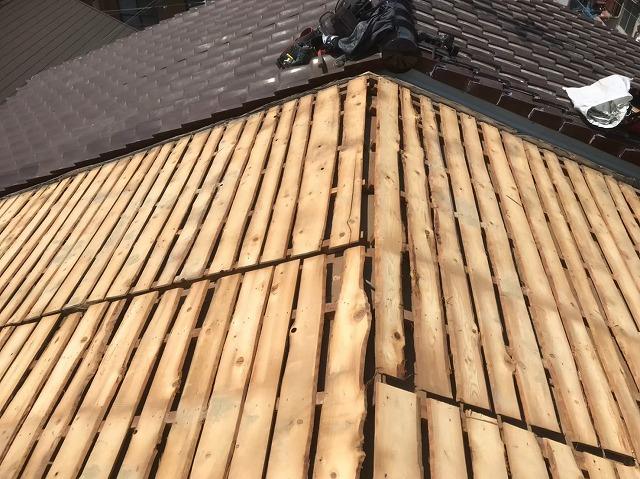古いバラ板と隣の屋根