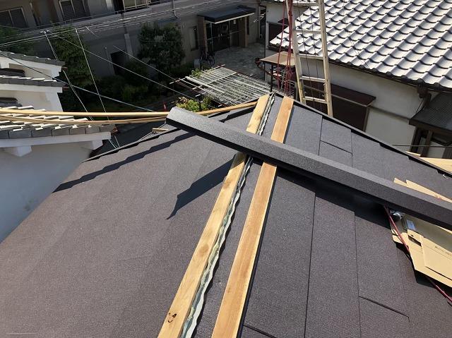 奈良市のスーパーガルテクト屋根に貫板と棟板金設置