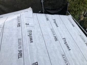 下屋根に防水紙設置