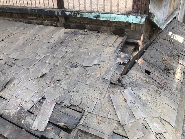 屋根解体作業中の下屋根の様子