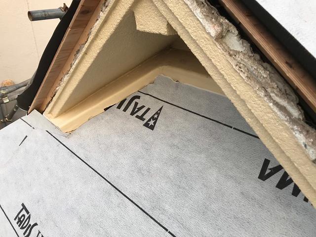 御所市の入母屋屋根に防水紙設置