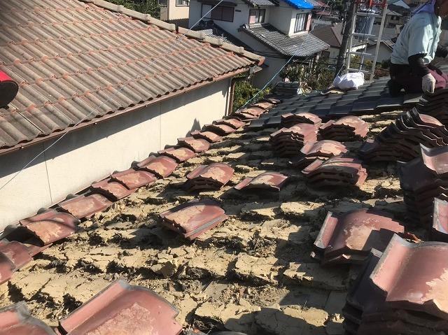 釉薬瓦の撤去で葺き土も大量