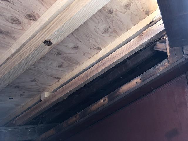 野地板を増し張りした屋根裏
