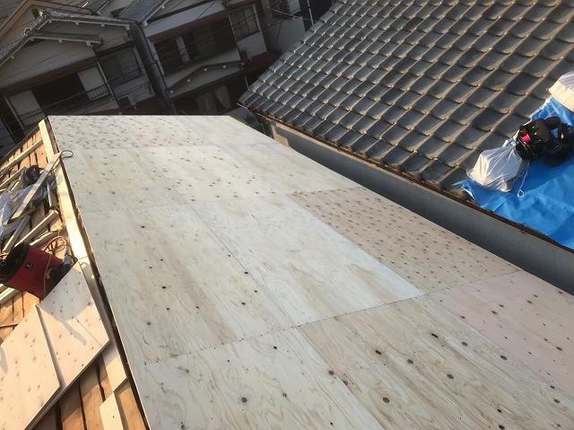 香芝市の葺き替え工事で構造用パネルを設置