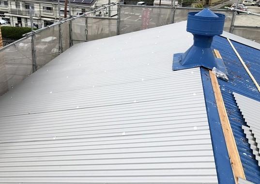 王寺町の大波スレート屋根の上からリファインルーフ固定