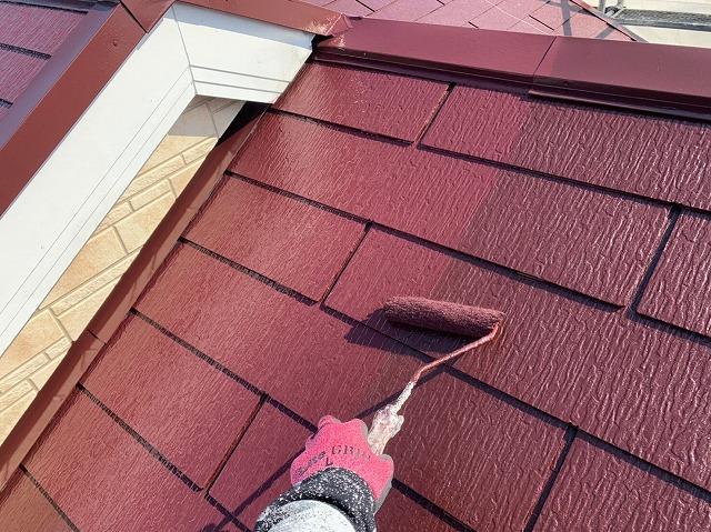 屋根塗装上塗りの様子