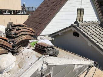 奈良市で陶器瓦屋根の撤去作業