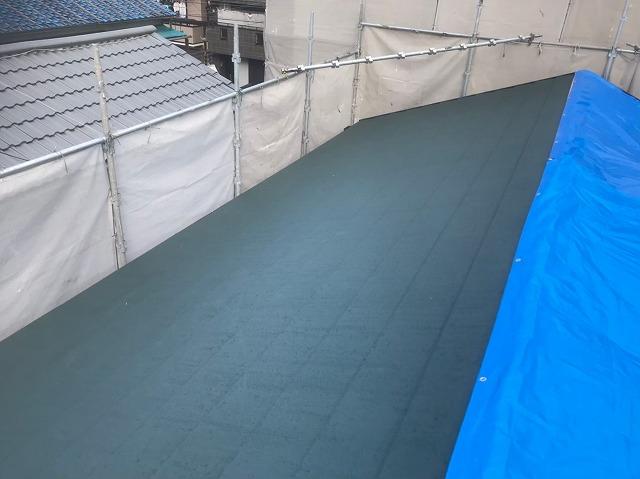 生駒市で半面のスーパーガルテクト屋根完成