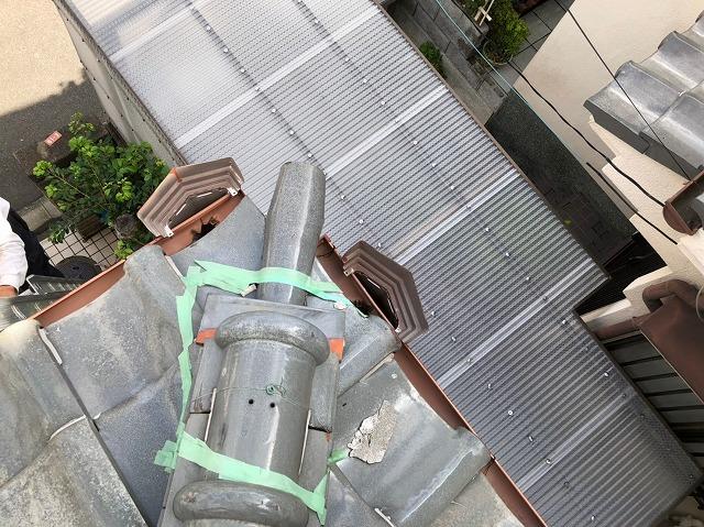 橿原市で下屋根の棟瓦の破損