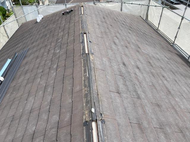生駒市で割れたカラーベスト屋根の補修メンテナンスで棟板金の取り外し