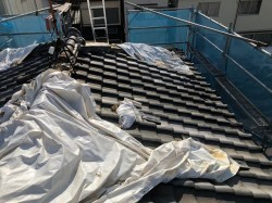 瓦屋根が台風被害で応急処置
