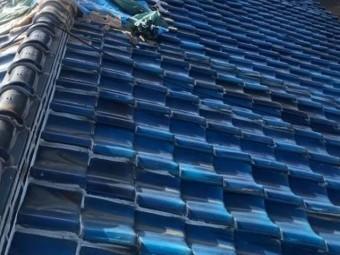 青色釉薬瓦屋根