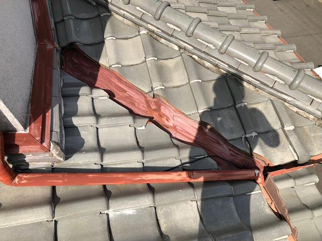橿原市で下屋根の劣化した谷樋