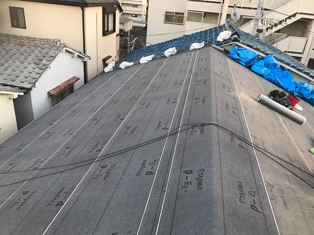 奈良市の長屋のリフォーム工事中、屋根の防水紙貼り