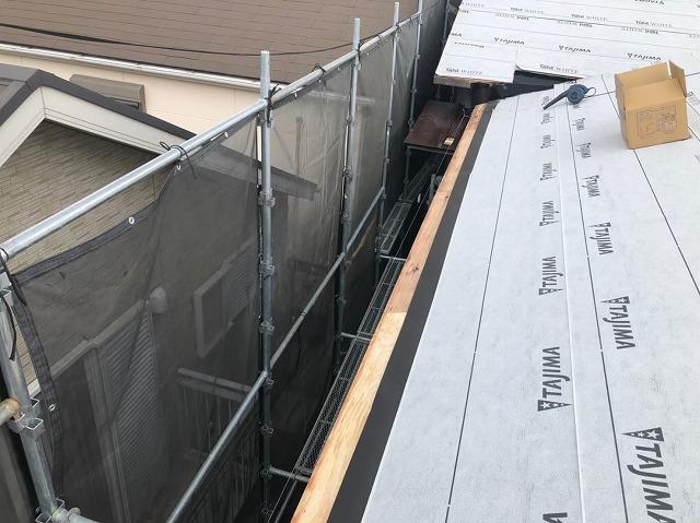 防水紙と棟違いの屋根の軒