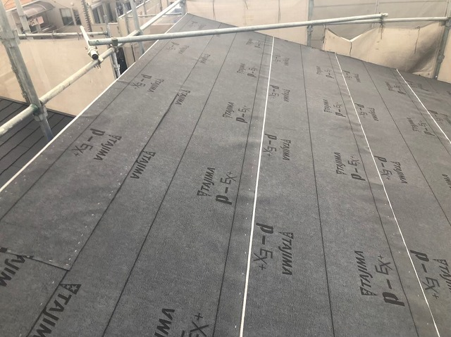 大和郡山市の新築分譲住宅A号地の屋根に防水紙を設置