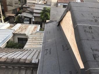 屋根に防水紙を設置