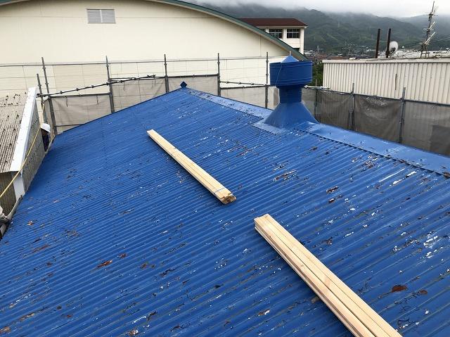 王寺町の青いスレート波板