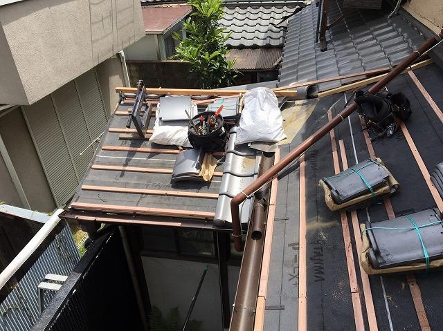 瓦葺き替えのため瓦桟を取り付けた下屋根