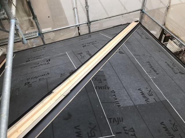 棟板金の下地設置と足場