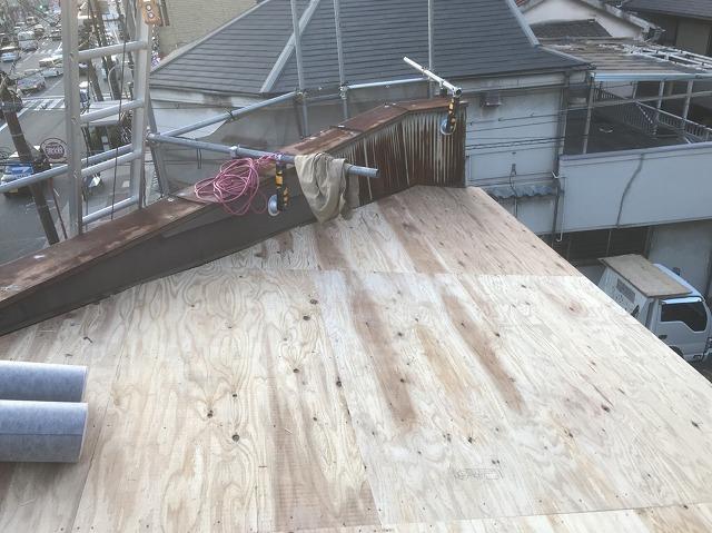 奈良市の店舗の屋根に野地板貼り