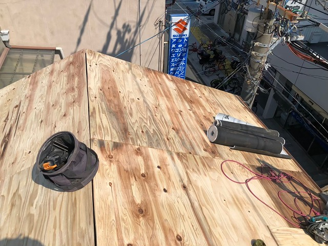 生駒市の葺き替え工事で野地板のメンテナンス