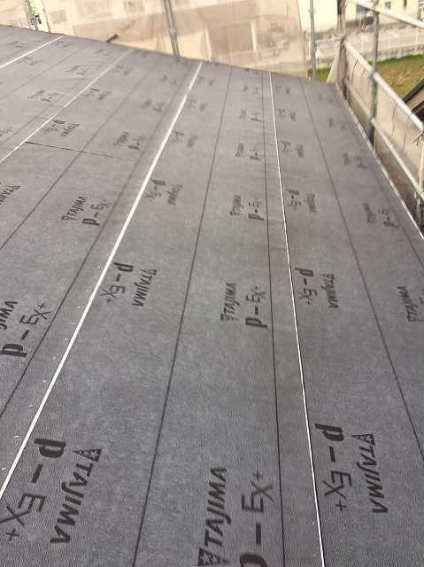 大和郡山市の新築分譲住宅E号地の屋根に防水紙を設置