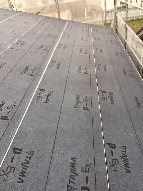 大和郡山市の新築分譲住宅の屋根防水紙張り