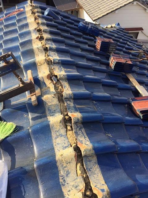 王寺町の釉薬瓦屋根の大棟の棟瓦撤去