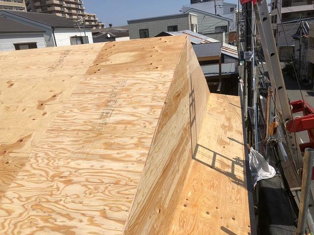 奈良市の屋根葺き替え工事の野地板の増し張りの様子