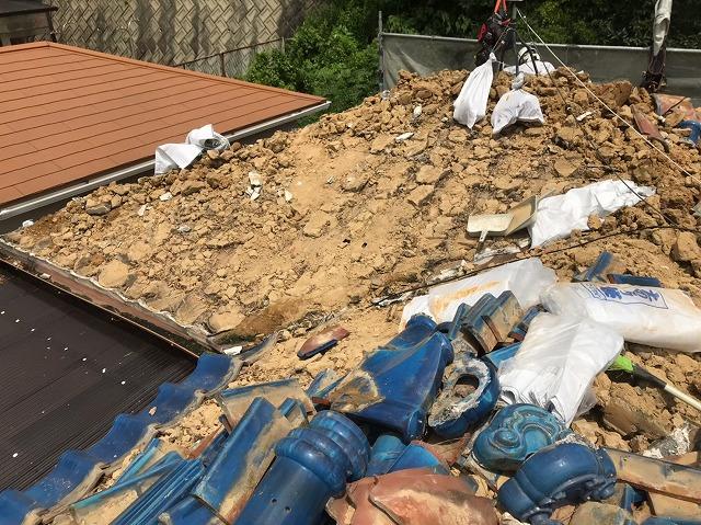 瓦撤去で葺き替え工事開始