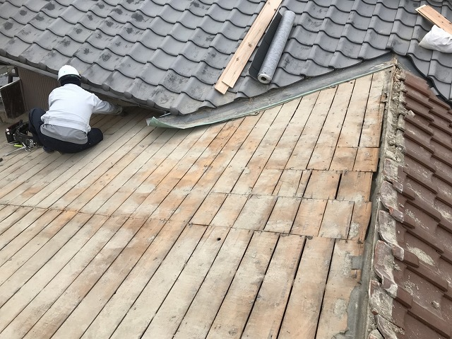 大和郡山市の釉薬瓦屋根の瓦撤去の様子