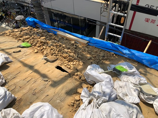 生駒市の葺き替え工事で葺き土の撤去
