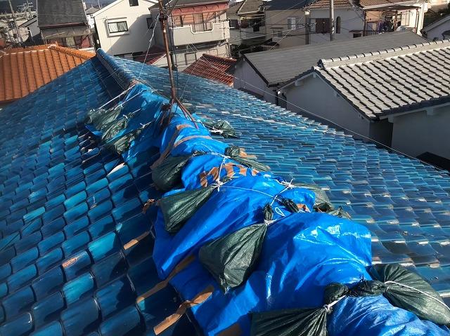 奈良市のリフォーム前の長屋の雨漏りの応急処置済の釉薬瓦屋根