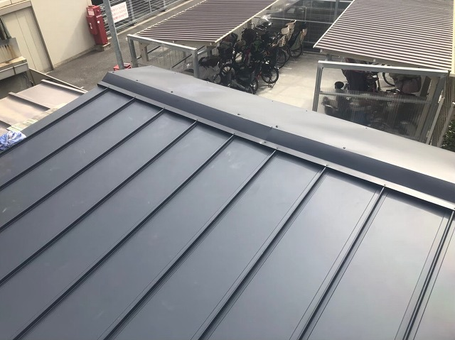 立平葺きで施工した差し掛け屋根
