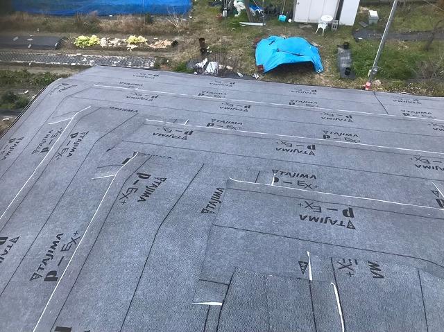 改質アスファルトの防水紙を設置