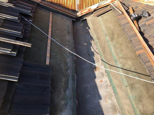 葛城市の谷樋板金からの雨漏りで瓦撤去