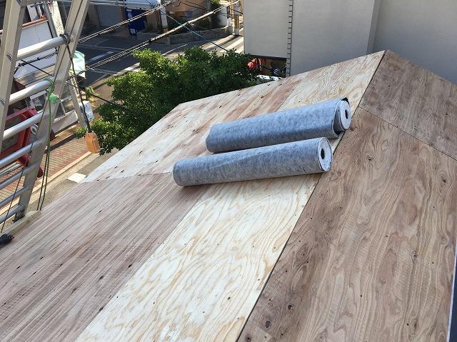 屋根全体に野地板を設置