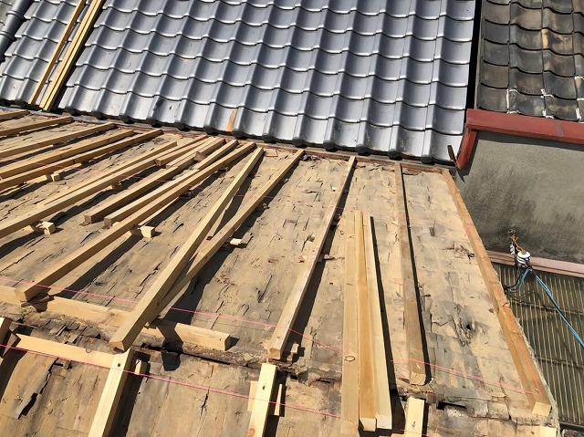 生駒市の葺き替え工事で不陸調整を実施
